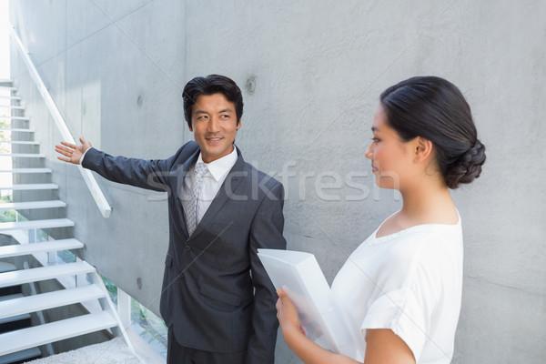 Makelaar tonen trap klant glimlachend buiten Stockfoto © wavebreak_media