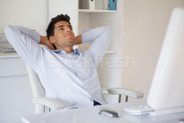 Foto stock: Casual · empresário · relaxante · secretária · inclinando-se · para · trás · escritório