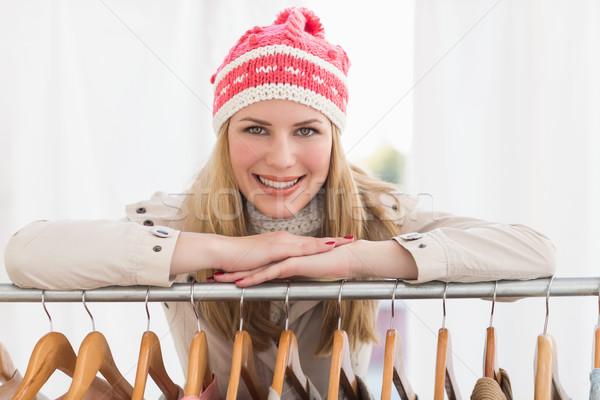 Csinos szőke nő mosolyog kamera ruházat sín Stock fotó © wavebreak_media