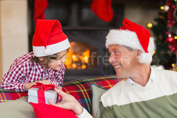 Ojciec syn christmas obecnej domu salon Zdjęcia stock © wavebreak_media