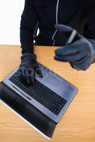 泥棒 ラップトップを使用して スマートフォン 白 コンピュータ ストックフォト © wavebreak_media