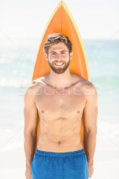 Jóképű férfi tart szörfdeszka tengerpart férfi boldog Stock fotó © wavebreak_media