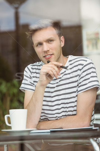 Pensando estudante sessão bebida quente caneta Foto stock © wavebreak_media