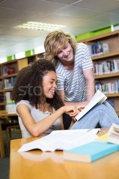 Student helpen medeleerling bibliotheek universiteit man Stockfoto © wavebreak_media