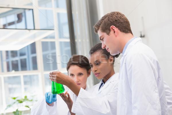 Cientistas químico fluido laboratório médico comunicação Foto stock © wavebreak_media