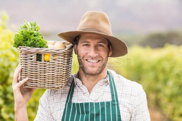 Jeunes heureux agriculteur panier légumes Photo stock © wavebreak_media