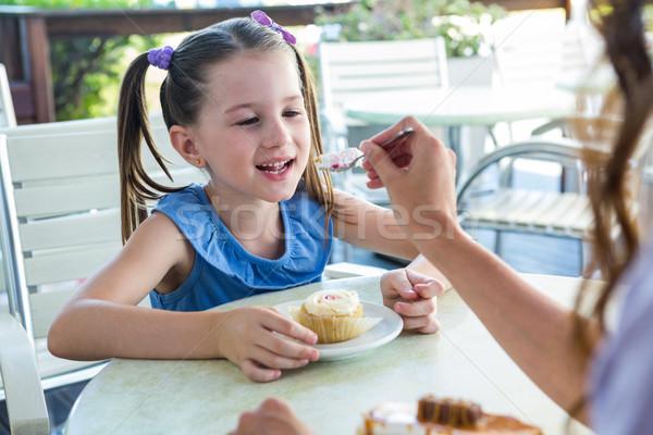 Madre hija tortas Servicio terraza Foto stock © wavebreak_media