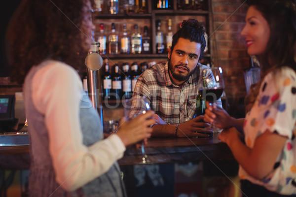 Jonge vrouwen barman counter pub vrouw wijn Stockfoto © wavebreak_media
