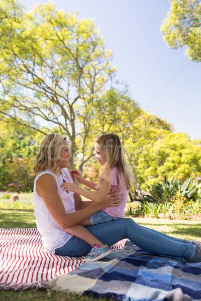 Boldog anya átkarol lánygyermek park napos idő Stock fotó © wavebreak_media
