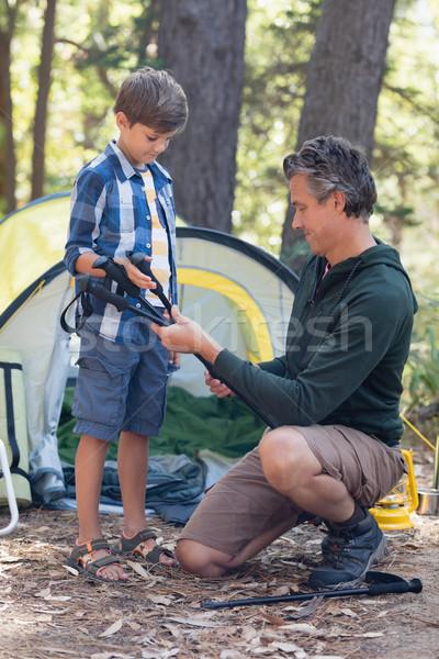Pai oferta caminhadas filho floresta árvore Foto stock © wavebreak_media