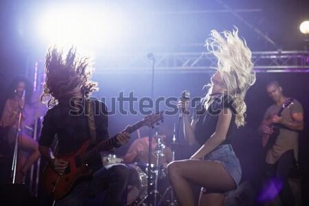 Młodych kobiet piosenkarka muzycy nightclub Zdjęcia stock © wavebreak_media