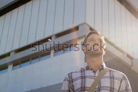 Közelkép nő másfelé néz áll kunyhó napos idő Stock fotó © wavebreak_media