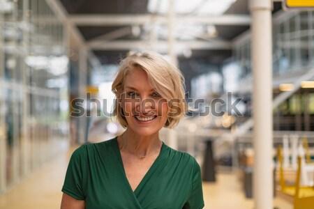 Közelkép mosolyog idős nő áll fal Stock fotó © wavebreak_media