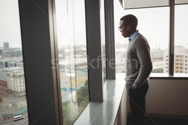 Nadenkend uitvoerende naar venster kantoor business Stockfoto © wavebreak_media