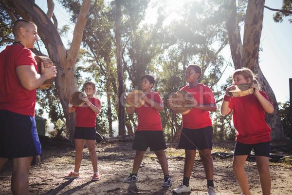 Edző gyerekek hordoz fából készült akadályfutás képzés Stock fotó © wavebreak_media
