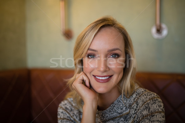 Schöne Frau Sitzung bar Porträt lächelnd Frau Stock foto © wavebreak_media