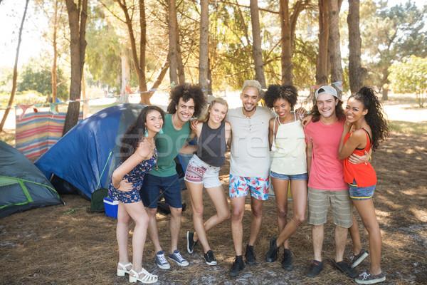 Portré mosolyog barátok áll oldal táborhely Stock fotó © wavebreak_media