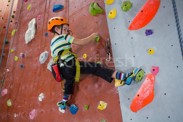 Jongen oefenen rotsklimmen fitness studio vastbesloten Stockfoto © wavebreak_media