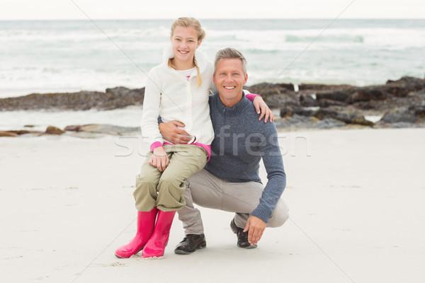 Vader hurken dochter vergadering knie strand Stockfoto © wavebreak_media