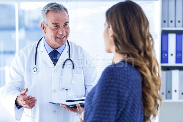 男醫生 女子 診所 說 常設 男子 商業照片 © wavebreak_media