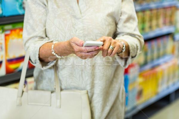 Középső rész nő okostelefon áruház üzlet vásárlás Stock fotó © wavebreak_media