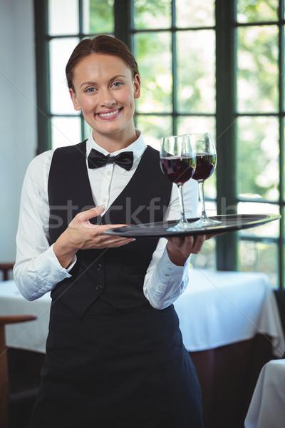Souriant serveuse plateau verres vin rouge Photo stock © wavebreak_media