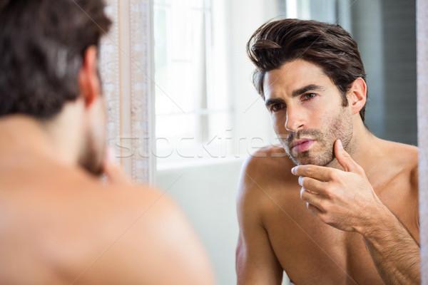 Férfi borosta fürdőszoba tükröződés fiatalember tükör Stock fotó © wavebreak_media