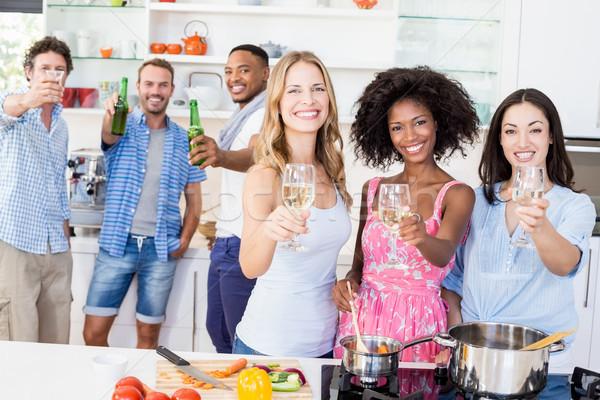 Сток-фото: друзей · пива · Бокалы · кухне · портрет