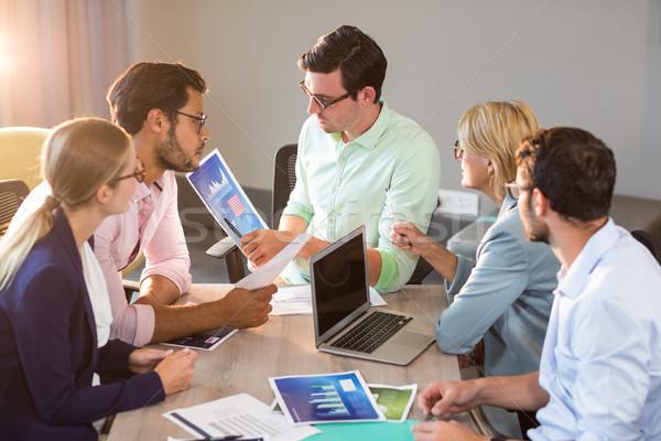 Ludzi biznesu wykres spotkanie biuro człowiek Zdjęcia stock © wavebreak_media