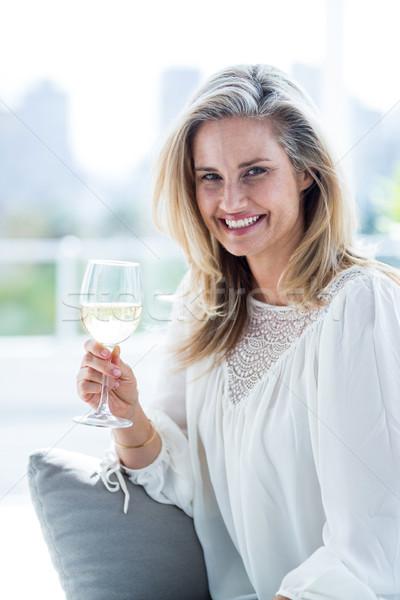 улыбающаяся женщина домой портрет сидят Сток-фото © wavebreak_media