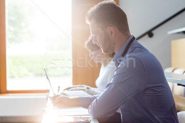 érett diák ír jegyzetek osztályterem számítógép Stock fotó © wavebreak_media