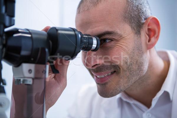 Optometrista mirando sonriendo oftalmología clínica hombre Foto stock © wavebreak_media
