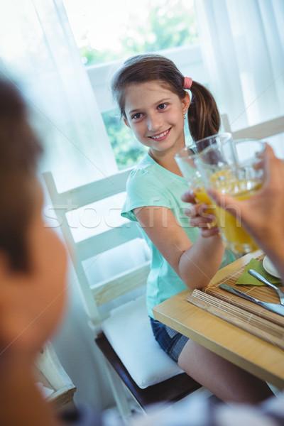 Glimlachend meisje glas sinaasappelsap gelukkig Stockfoto © wavebreak_media