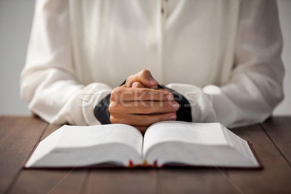 Nő Biblia ül asztal üzlet asztal Stock fotó © wavebreak_media