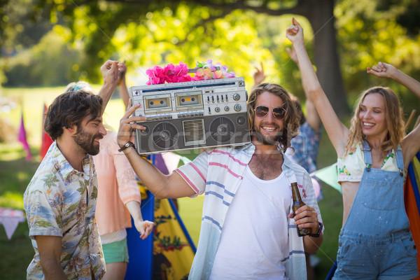 Csoport barátok szórakozás együtt táborhely napos idő Stock fotó © wavebreak_media