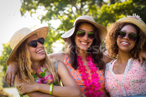 Groupe amis permanent ensemble parc Photo stock © wavebreak_media