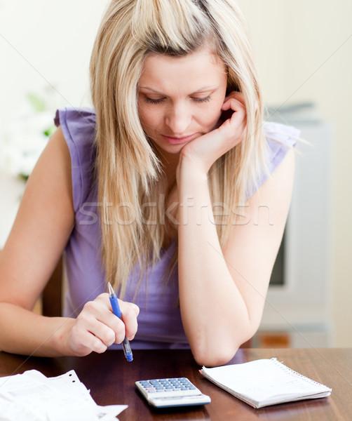 Hangsúlyos nő fizet számlák nappali otthon Stock fotó © wavebreak_media