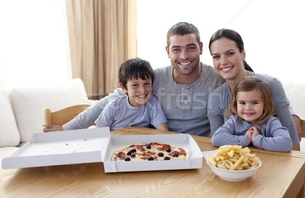 Famiglia mangiare pizza patatine home famiglia felice Foto d'archivio © wavebreak_media