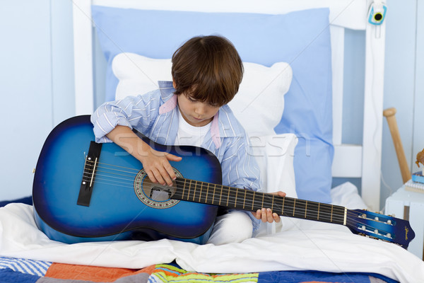 Weinig jongen spelen gitaar bed gelukkig Stockfoto © wavebreak_media
