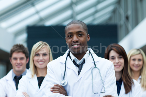 Orvos vezető csapat összehajtva karok néz Stock fotó © wavebreak_media