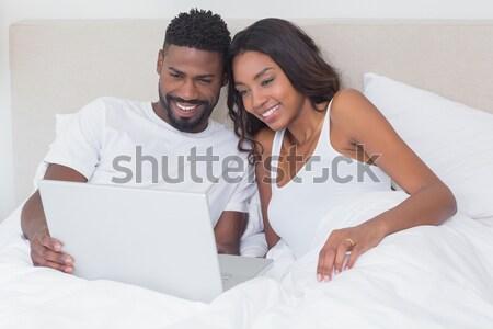 Encantado casal usando laptop quarto amor homem Foto stock © wavebreak_media
