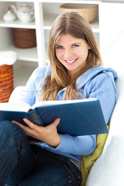счастливым женщину чтение книга гостиной домой Сток-фото © wavebreak_media