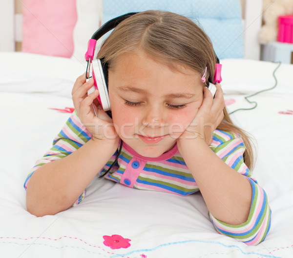 Weinig luisteren naar muziek hoofdtelefoon bed gelukkig Stockfoto © wavebreak_media