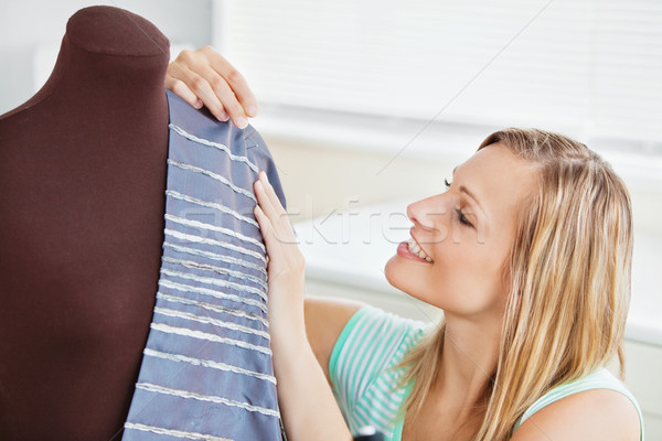 Vrouw naaien kleding keuken home Stockfoto © wavebreak_media