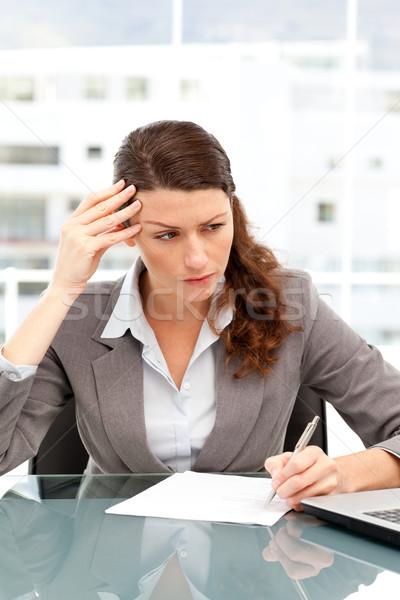 Concentrado empresária trabalhando laptop escritório Foto stock © wavebreak_media