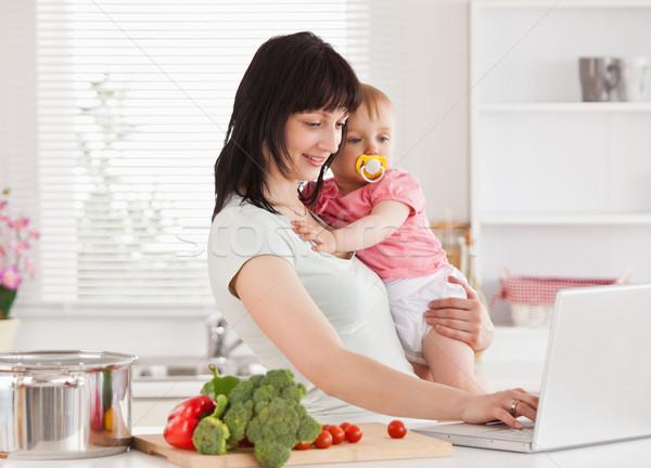 Boa aparência mulher bebê brasão em pé Foto stock © wavebreak_media