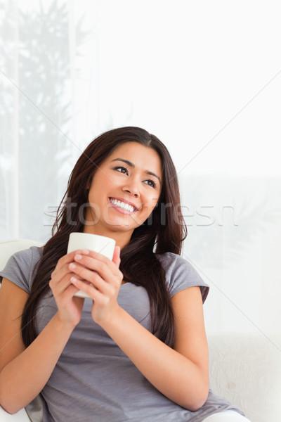 Charmant vrouw beker naar plafond Stockfoto © wavebreak_media