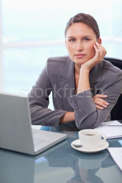 Porträt ernst Geschäftsfrau arbeiten Notebook Büro Stock foto © wavebreak_media