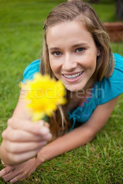 Sorridere studente bella fiore giallo guardando Foto d'archivio © wavebreak_media