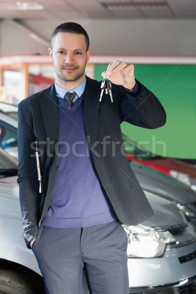 Férfi tart slusszkulcs garázs papír öltöny Stock fotó © wavebreak_media